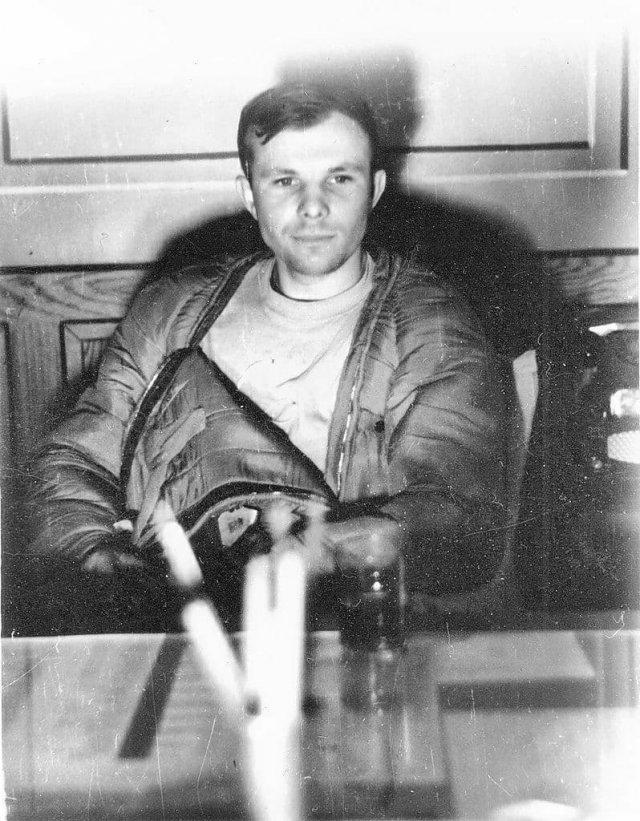 Юрий Гагарин через час после приземления, авиабаза «Энгельс», 1961 год.