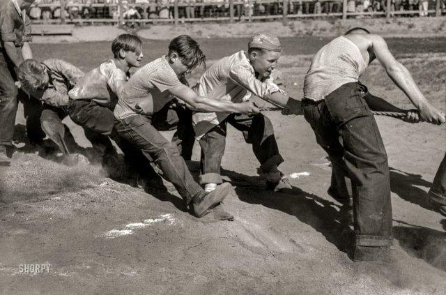 Мальчики перетягивают канат во время празднования Четвертого июля. Вейл, Орегон. Июль 1941 года.