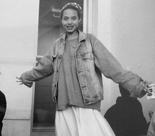 Юная Анджелина Джоли.