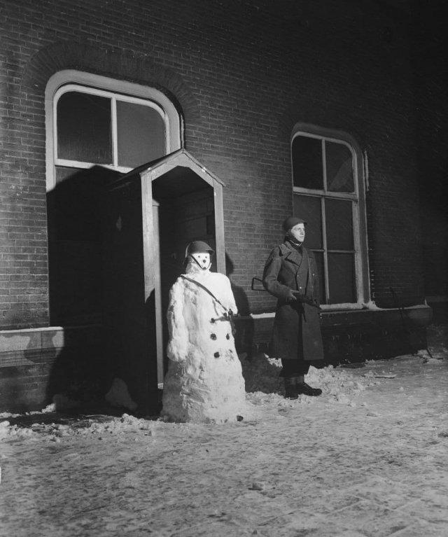 Солдат и снеговик стоят на посту. Голландия, 1946 год.