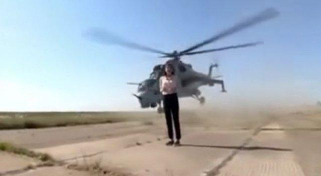 Вертолет ВС Азербайджана пролетает в десятках сантиметров от журналистки
