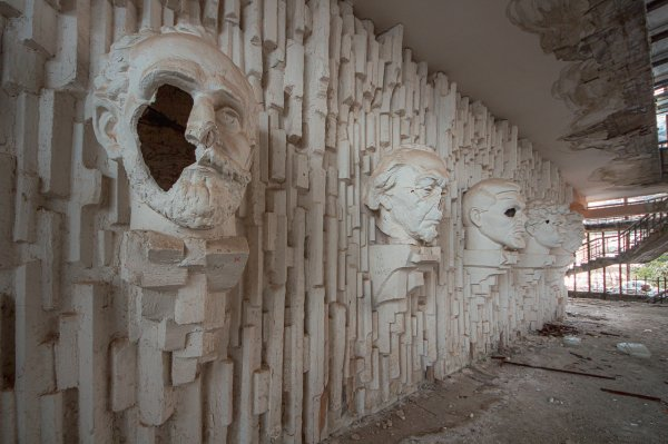 «Дом Мёртвых Голов»: заброшенный дворец спорта в армянской глубинке