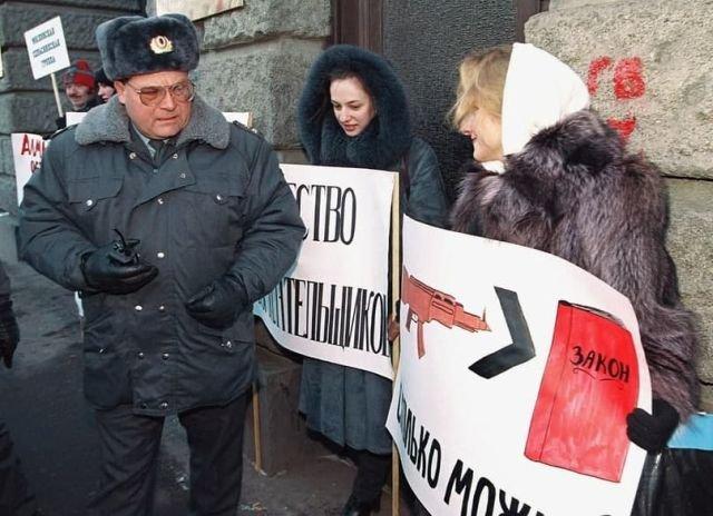 Начальник местного отделения милиции беседует с демонстрантами