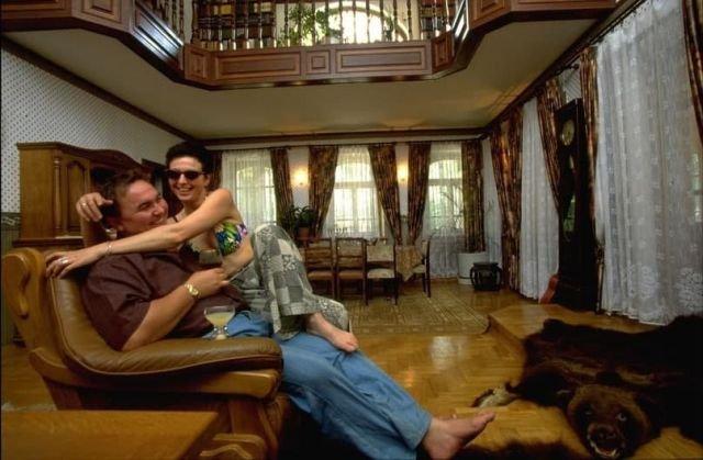 Коммерсант отдыхает с дамой у себя дома, 1997 год.