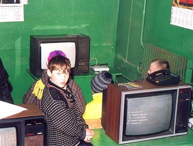 Консольный клуб в здании бывшего телеграфа. Беларусь, город Глуск, начало 2000-х.