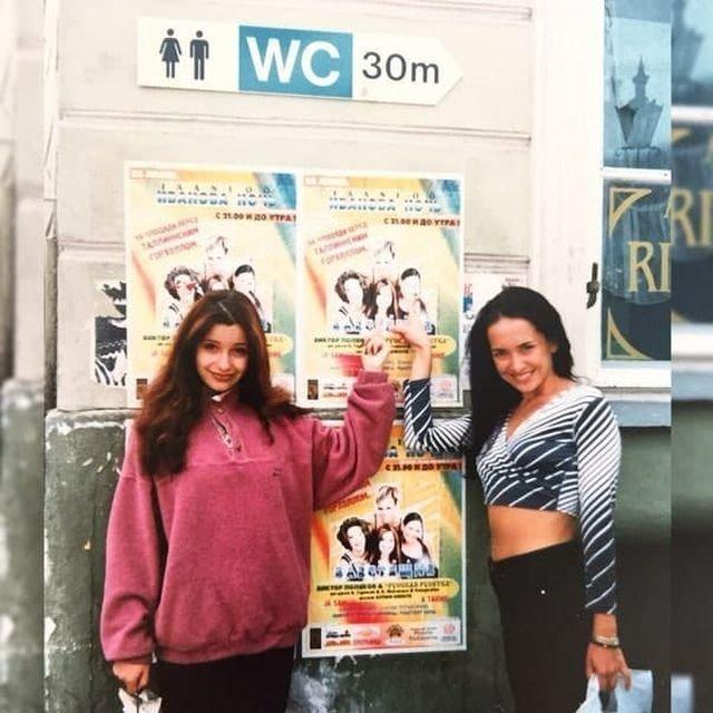 Ольга Орлова и Жанна Фриске на фоне плакатов группы«Блестящие», 1997 год.