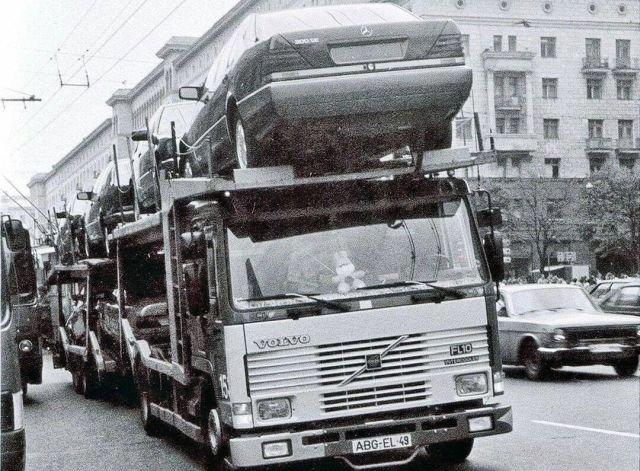 Автовоз Volvo с новенькими Мерседес W140 и W124 на улицах Москвы. 1991 год.