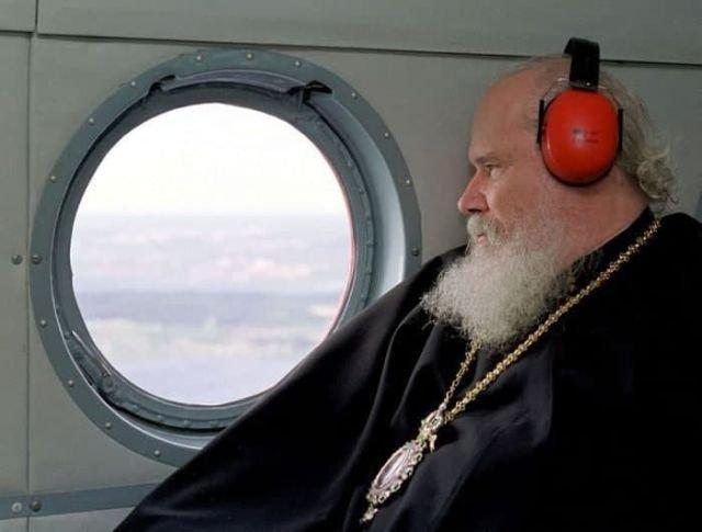 Патриарх Алексий II осматривает с борта вертолета церкви острова Кижи. Республика Карелия. РФ, 2000 год.