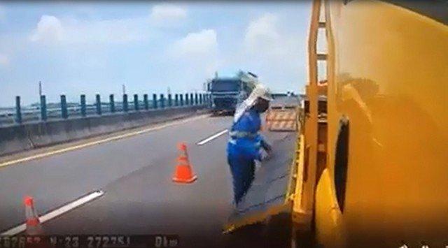 Автомобиль на автостраде чуть не сбил рабочего