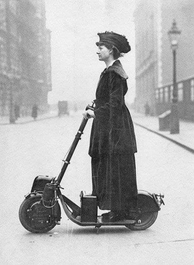 Леди Флоренс Норман едет на работу на своем самокате, 1916 год.