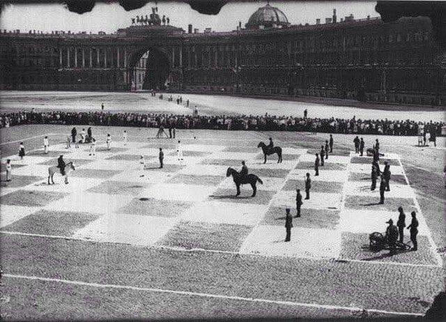 Человеческая шахматная партия, сыгранная в 1924 году, игра длилась 5 часов и закончилась вничью.