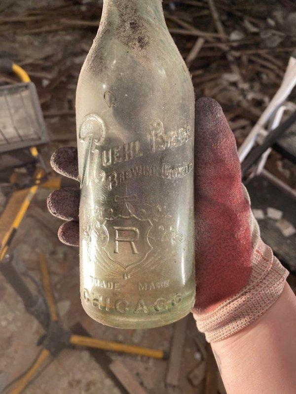 Я нашёл за стеной в нашей спальне старую бутылку из пивоварни Ruehl Bros. в Чикаго
