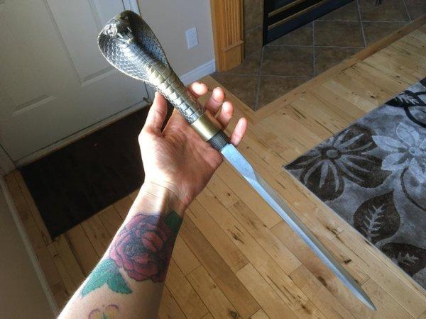 Сегодня на прогулке я нашёл меч-трость в виде змеи