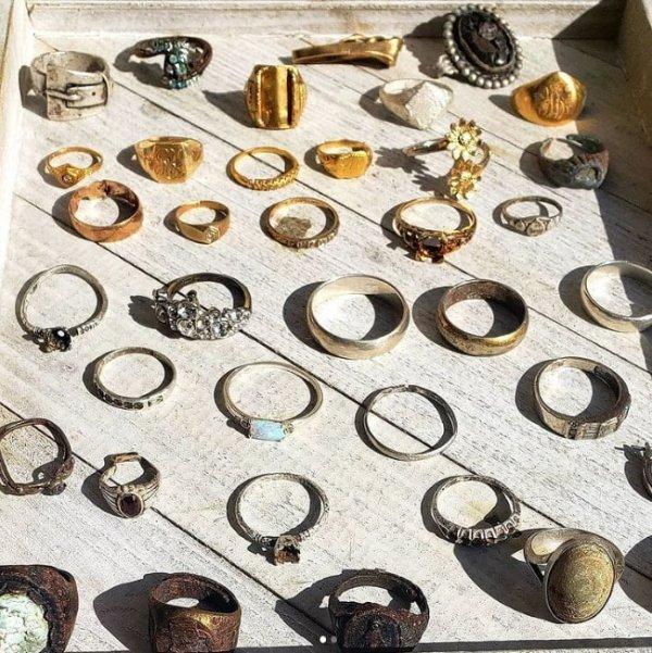 35 колец, которые найдены на пляже