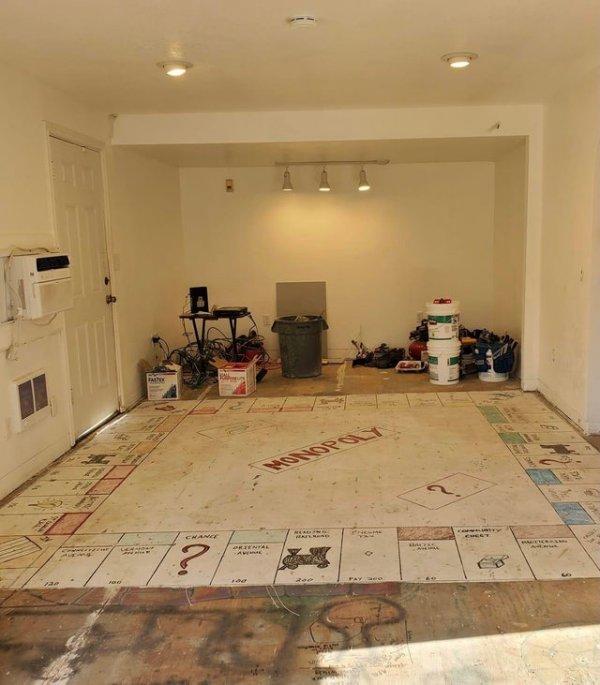 Подняв ковёр, мои родственники обнаружили гигантскую напольную монополию