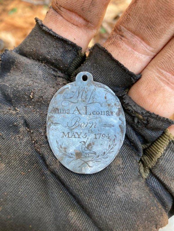 С помощью металлодетектора я нашёл серебряный кулон, которому 227 лет