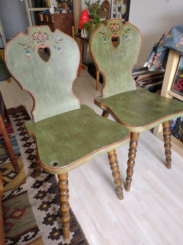 Я нашла на тротуаре эти стулья, которые как будто из дома гномиков
