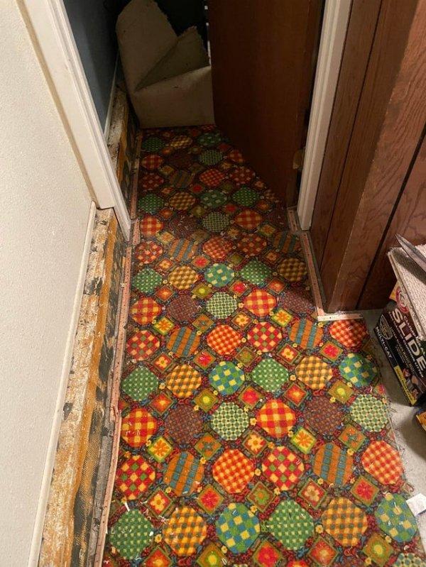 Мы подняли ковровое покрытие в нашем доме и нашли шедевр 70-х годов