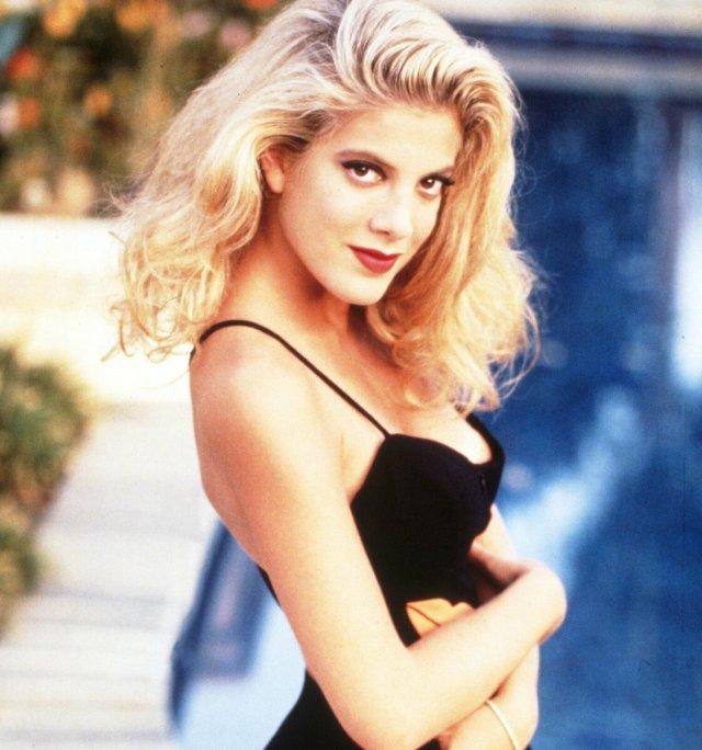 """Как сейчас выглядит Тори Спеллинг, звезда сериала """"Беверли Хиллз 90210"""", сыгравшая Донну Мартин"""