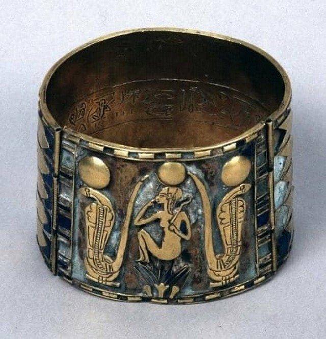 Древнеегипетский браслет из лазурита и золота, 940 г. до н.э., 22 династия. Британский музей.