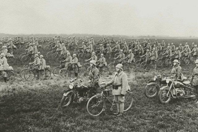 Велосипедный полк армии Нидерландов накануне немецкого вторжения, 1940 год.