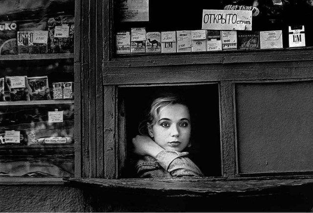 Продавщица киоска, Россия, 1994 год.