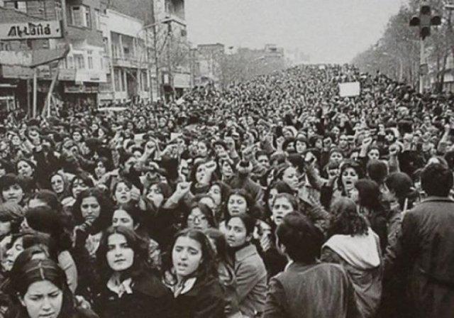 Женщины, возражающие принудительному ношению хиджаба в Иране спустя дни после исламской революции, 1979г.