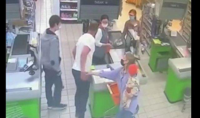 """В Томске """"боец"""" напал на кассира из-за того, что его попросили надеть маску"""