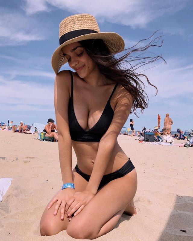 Рейчел Зеглер - актриса, которая сыграет Белоснежку в новой экранизации Disney в черном купальнике на пляже