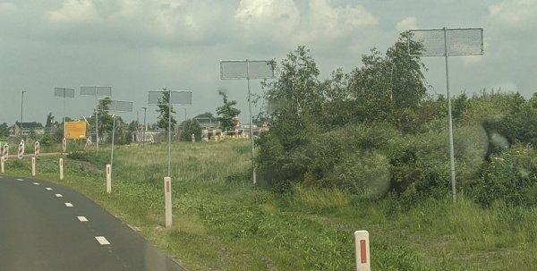 Что это за столбы с сетками наверху на обочине дороги в Нидерландах?