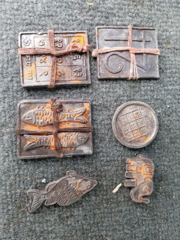 Нашёл эти металлические штуки под пирсом, когда ходил там с металлоискателем