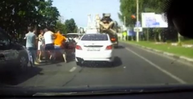 Помахали кулаками посреди дороги и расселись по машинам