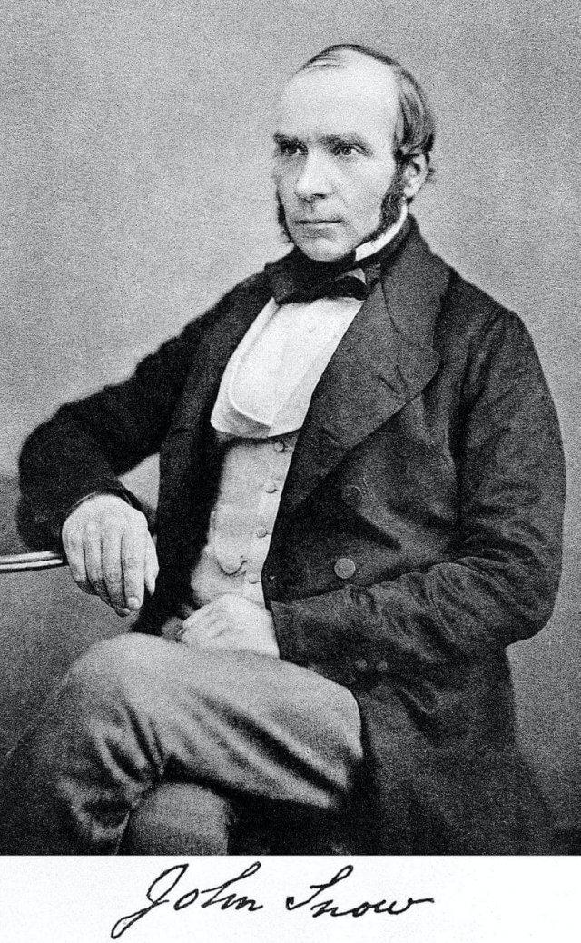 Джон Сноу - английский врач 19 века, который в одиночку раскрыл причины эпидемии Холеры, и сражался за то, чтобы внедрить санитарию и сдержать эпидемию с врачами, которые не верили в его теории.