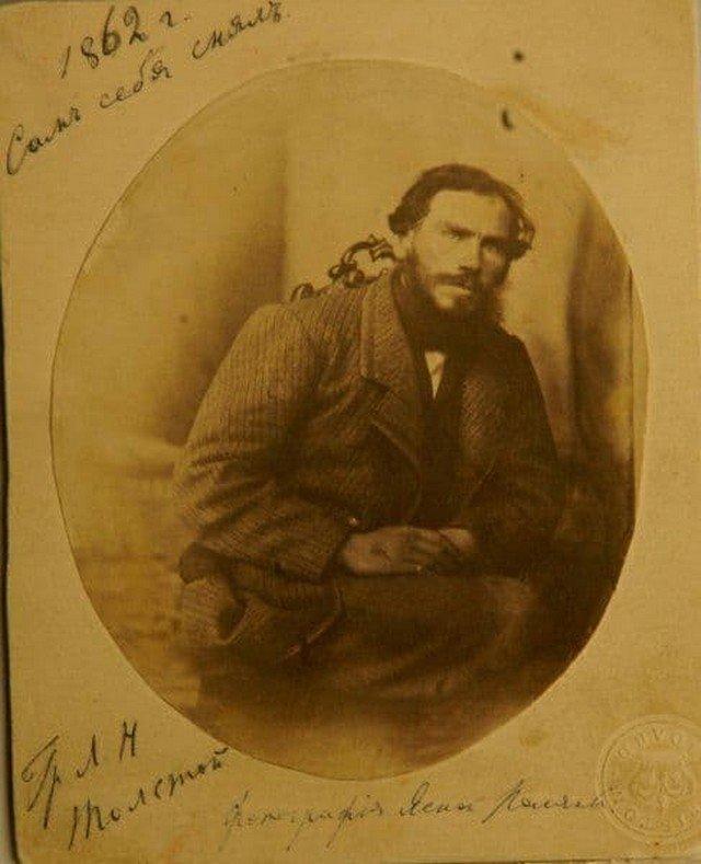 """""""Селфи"""" 34-летнего Льва Толстого, сделанное еще в середине 19 века (1862 год) и снабженное его личной подписью: «Сам себя снялъ»."""