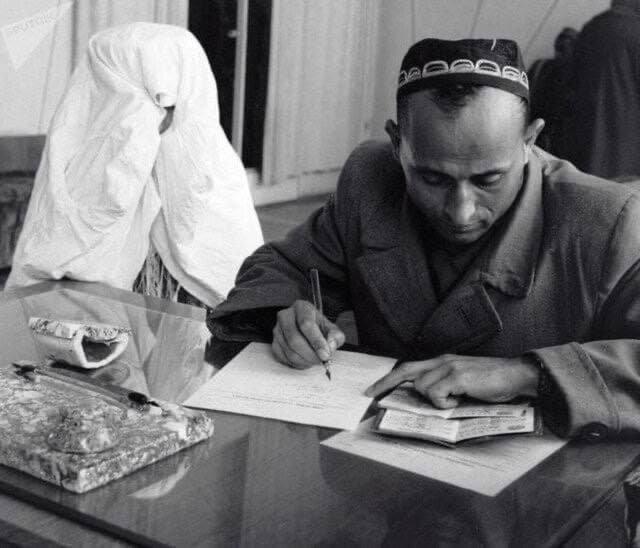 Жених и невеста подают заявление о регистрации бракаСССр, Таджикистан, 1970-е