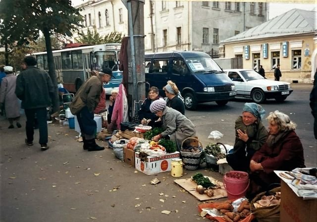 Бабушки торгуют на стихийном рынке Твери, 1998 год.