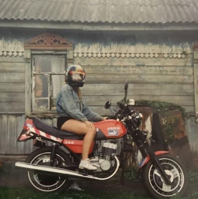 Девушка на мотоцикле  «Jawa». Россия, 1990-е годы.