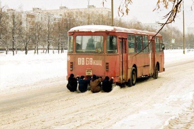 Ребята катаются держась за задний бампер рейсового автобуса ЛИАЗ-677, Тольятти, 2000 год.