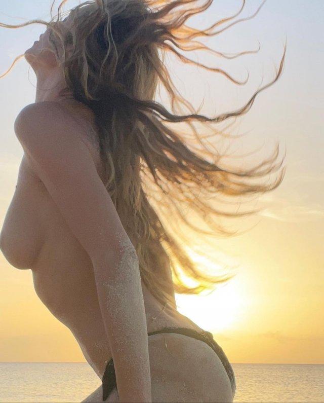Горячая фотосессия 48-летней Хайди Клум на берегу океана