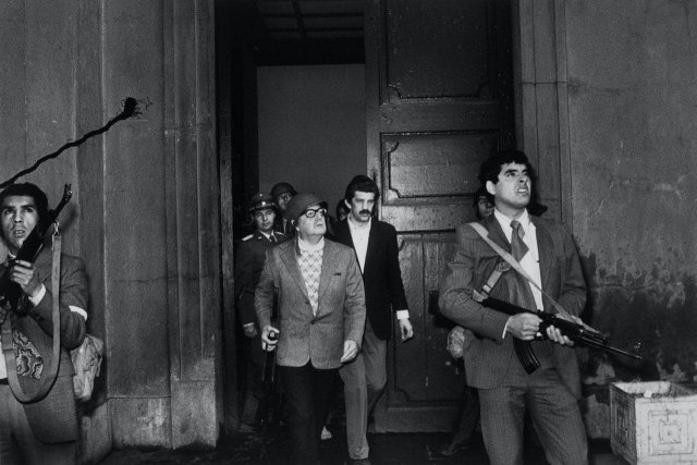 Демократически выбранный президент Сальвадор Аленде за секунды до смерти во время военного переворота в президентском дворце. Чили, 11 сентября 1973 года