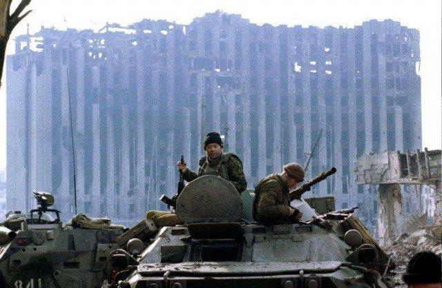 Российские военные на фоне разрушенного Президентского дворца в Грозном, январь 1995 года.