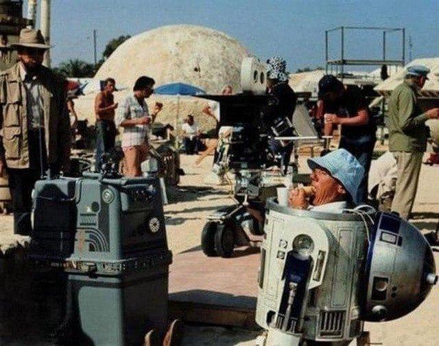 """Съемки фильма """"Звездные Войны"""". R2D2 перекусывает бутербродом в перерыве между съемками."""