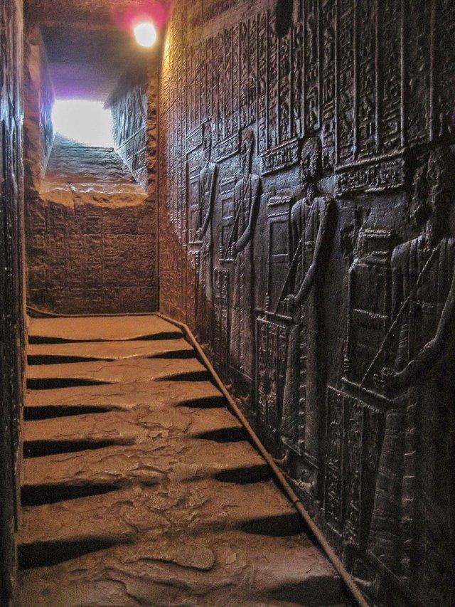 Западная лестница, ведущая на крышу храма богини Хатхор в Египте