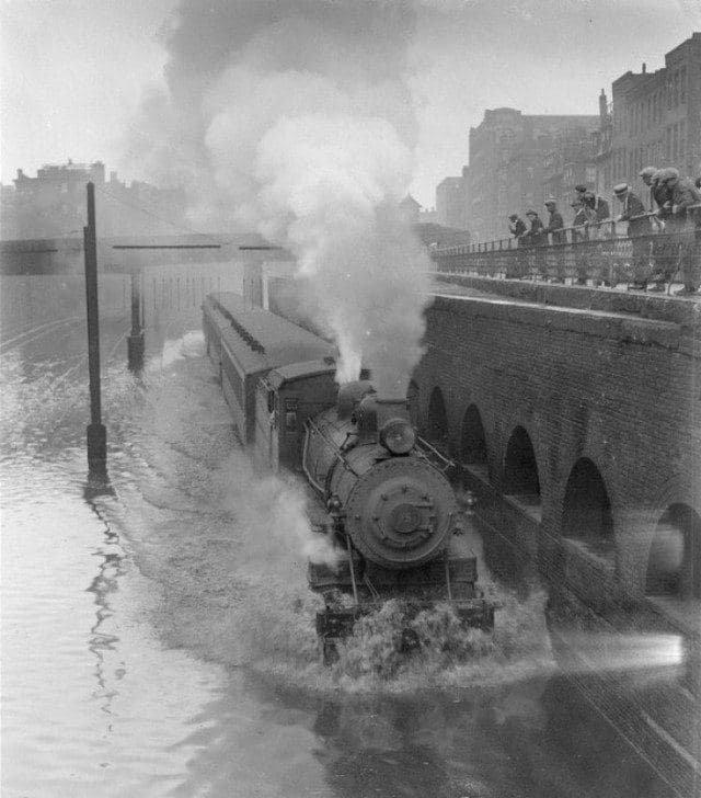 Паровоз движется по затопленной улице во время наводнения в Бостоне, 1915 год.