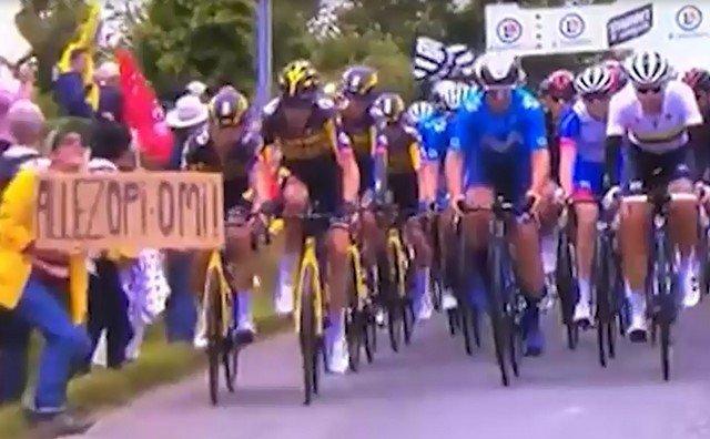"""Массовое падение велогонщиков из-за фанатки во время """"Тур де Франс"""""""