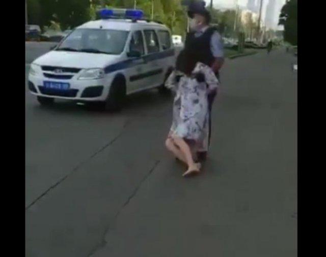 В Москве полицейский протащил по земле девушку без сознания, не обратив внимания на ее ребенка,
