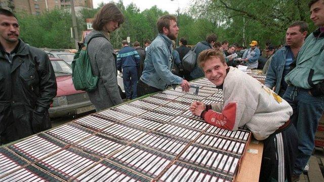 "Торговля видеокассетами на ""Горбушке"", Москва, 1990–е"