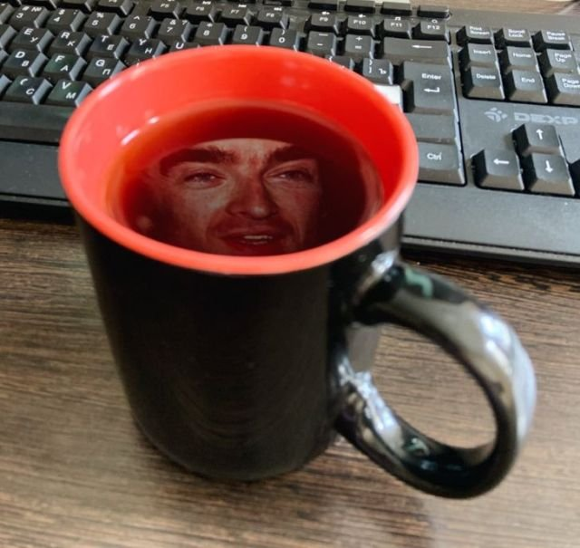 Экран компьютера очень хорошо отражается в чае
