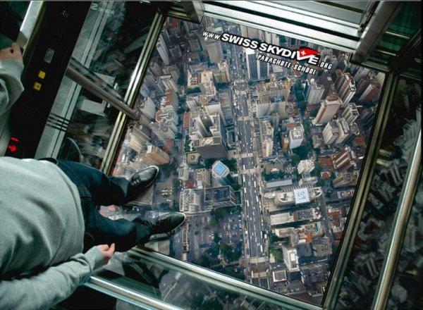 Лифт — идеальное место для рекламы парашютной школы