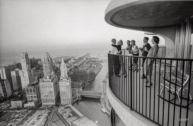 Новоселы квартиры на 60м этаже нового небоскреба Marina City. Чикаго, 1963 год.